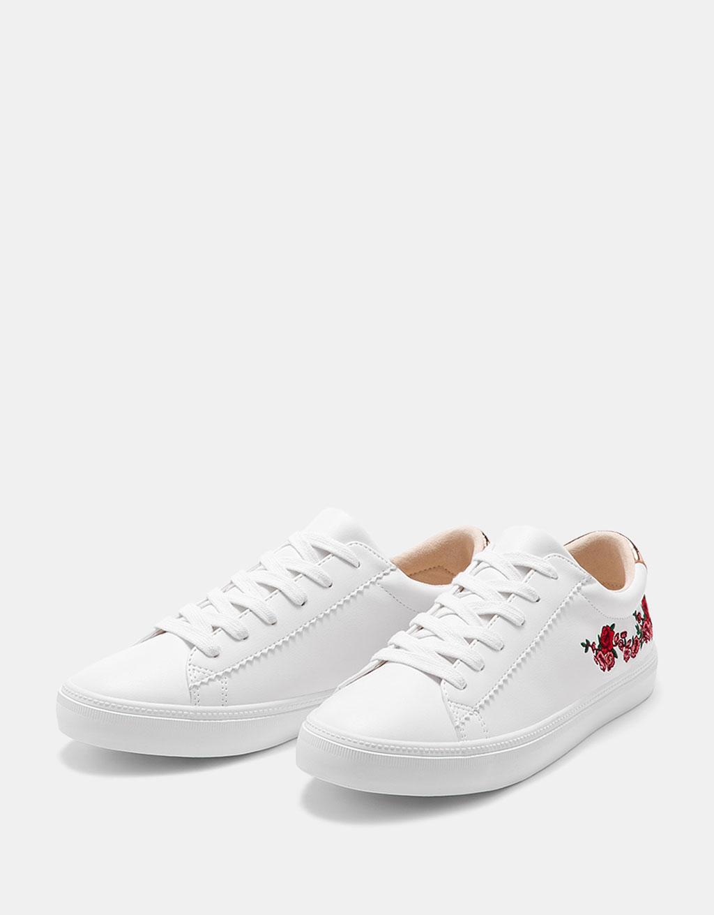 Buty z haftowanymi kwiatami i metalizowanym detalem