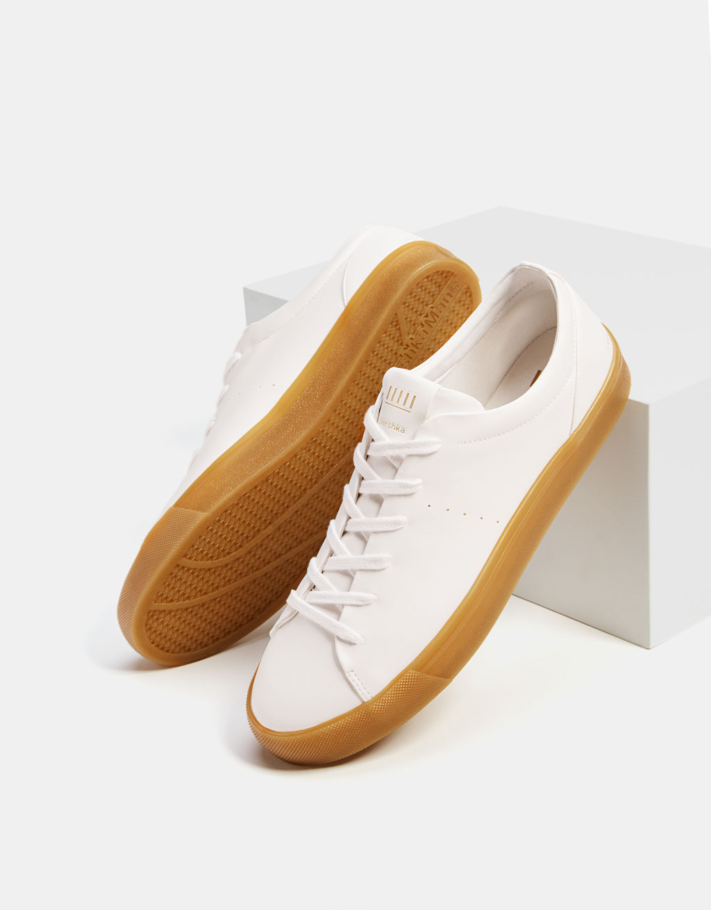 Men's sneakers with caramel coloured soles