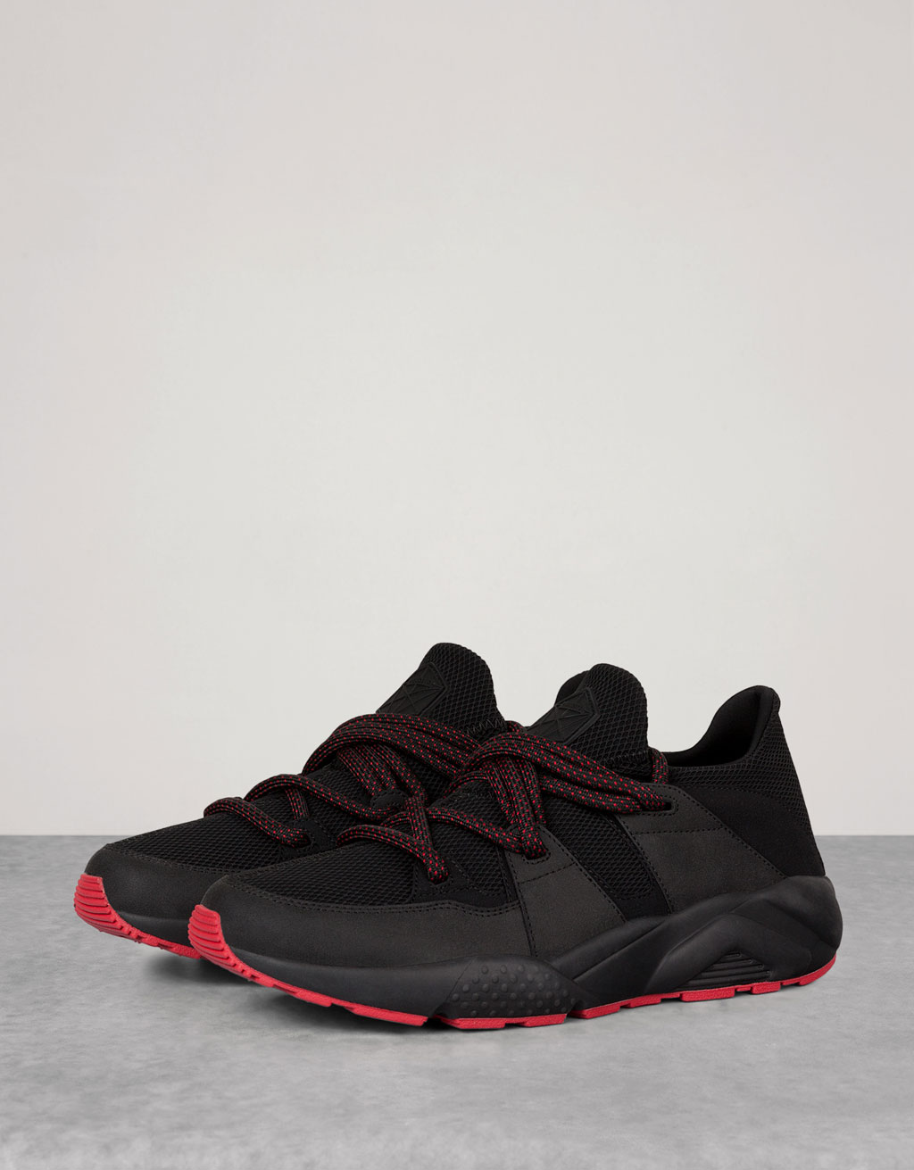 s technical sports shoes with contrasting sole view