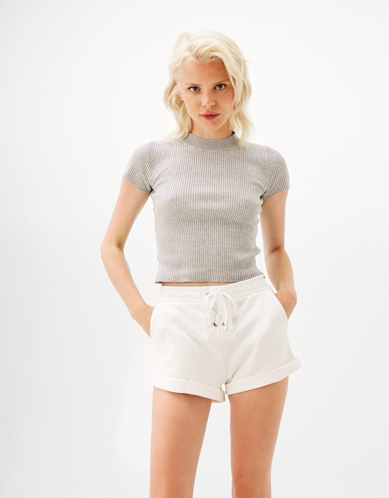Short sleeve sweater with choker neck in back - null - Bershka Georgia