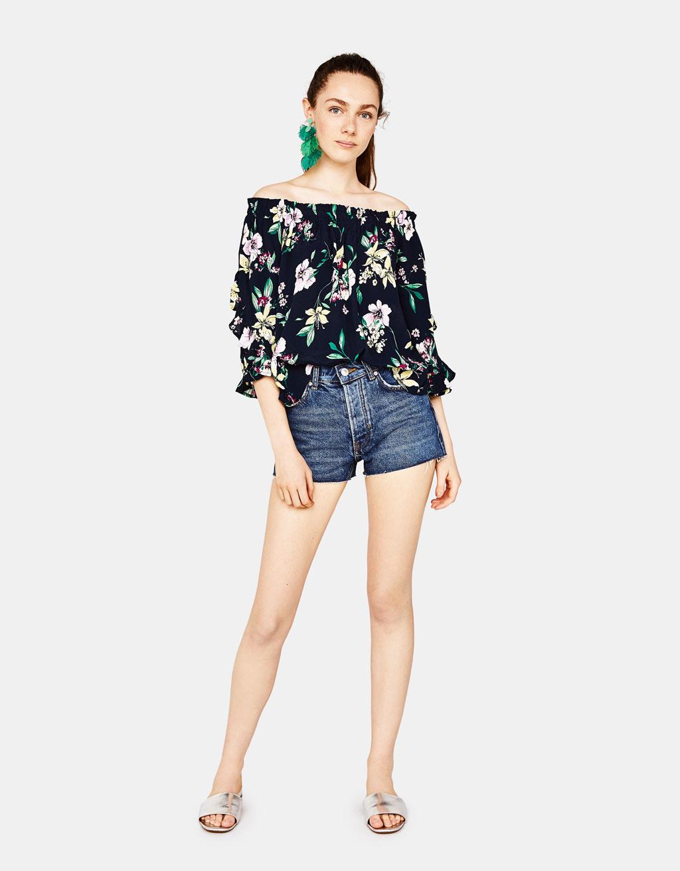 Pembe tek omuzlu omuzda çiçek motifli fırfırlı bluz