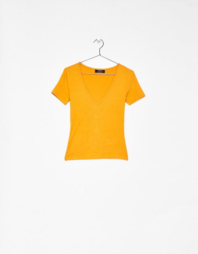 Elastisches T-Shirt mit V-Ausschnitt