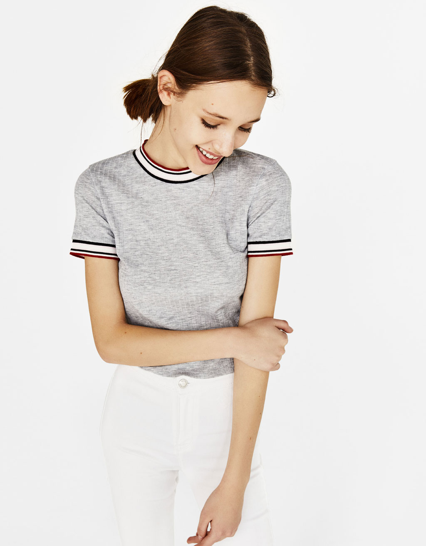 Marškinėliai su kontrastinga apykakle