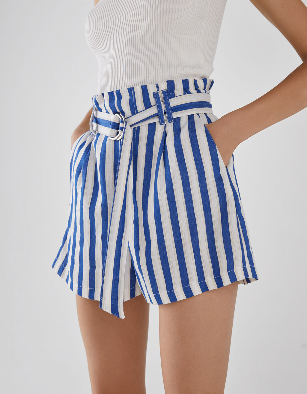 Shorts tailored fit con cintura