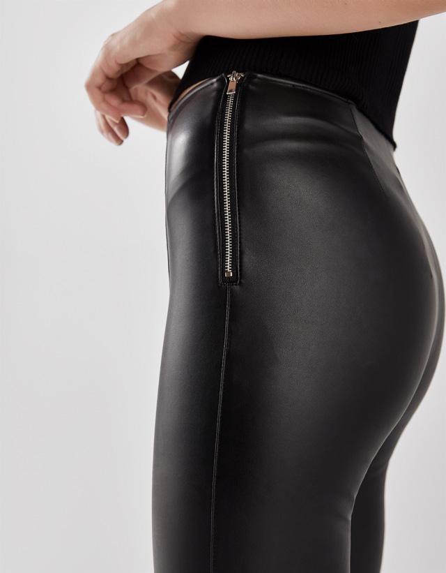 Körpernah geschnittene Hose aus Kunstleder