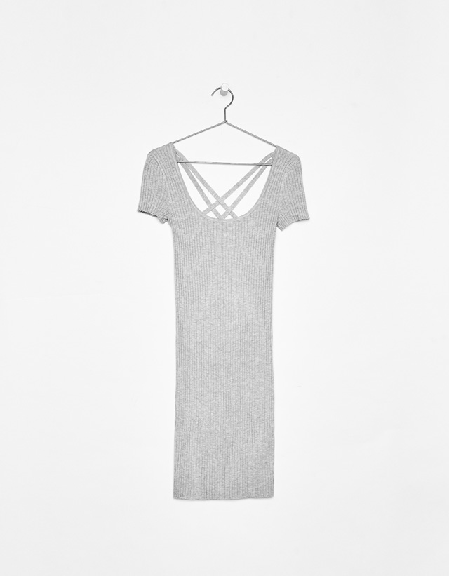 Kleid aus Rippenstrick mit gekreuztem Rücken