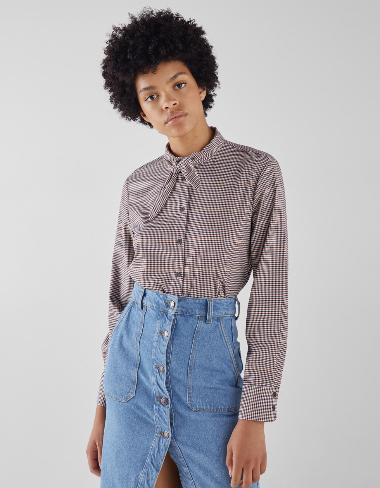 Hemd mit Zierschleife am Kragen