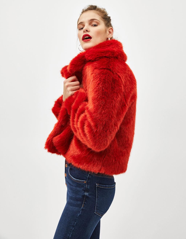Cappotto corto in pelliccia sintetica con revers