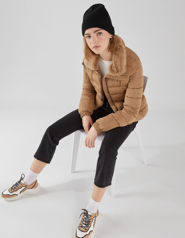 Wattierte Jacke mit Kragen aus Kunstfell