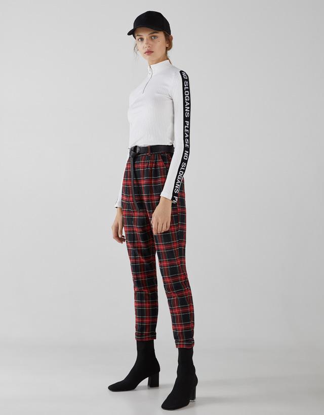 Pullover mit Streifen am Kragen