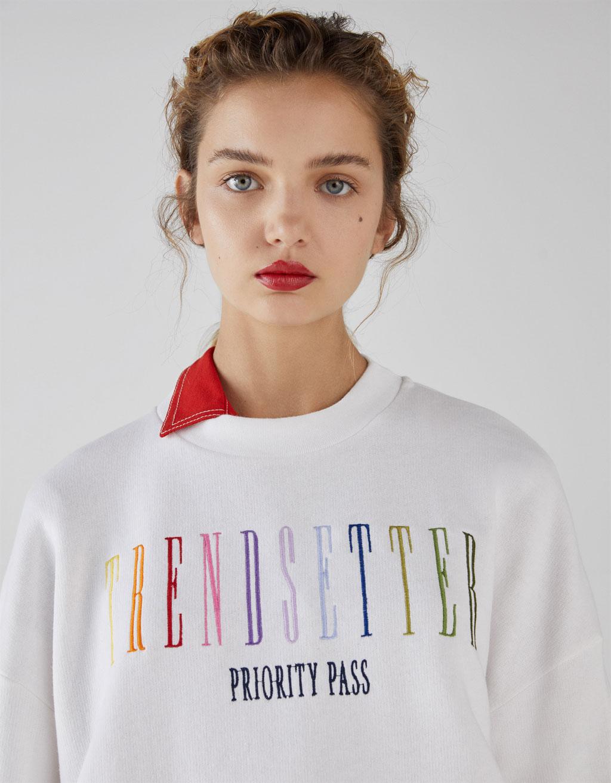 Пуловер с бродерия by Bershka