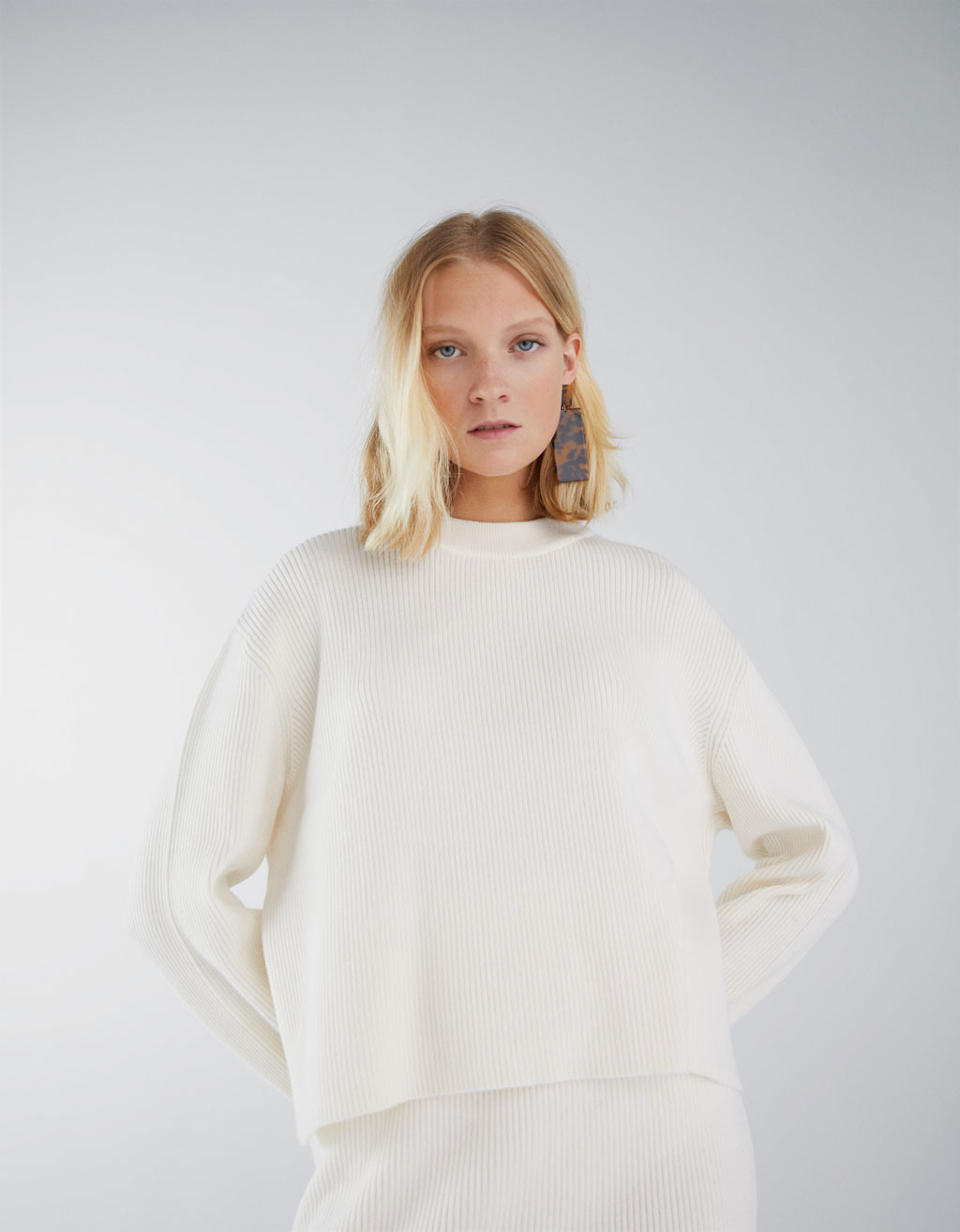 Loose-fitting ribbed sweater