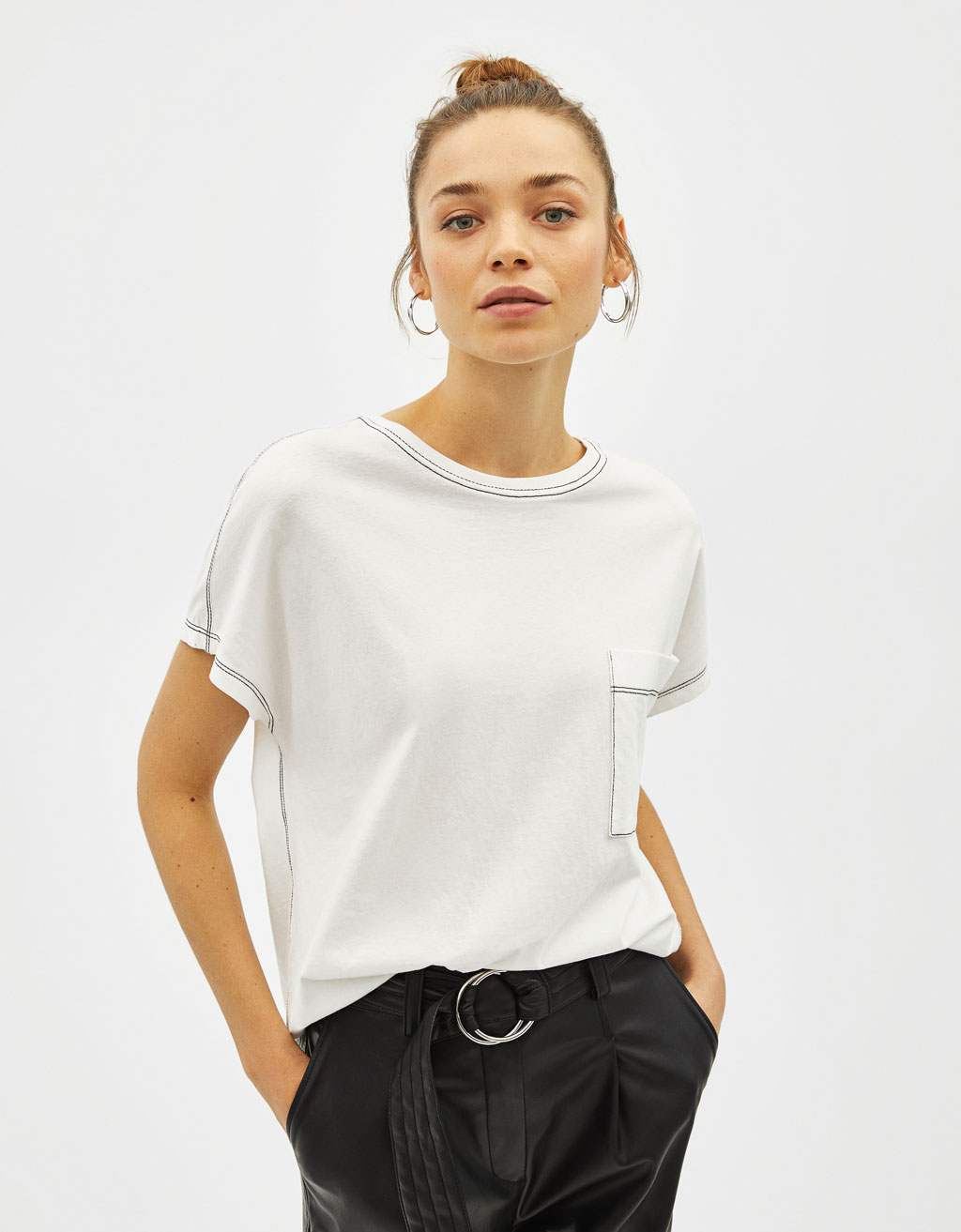 T-shirt with contrasting topstitching and pocket