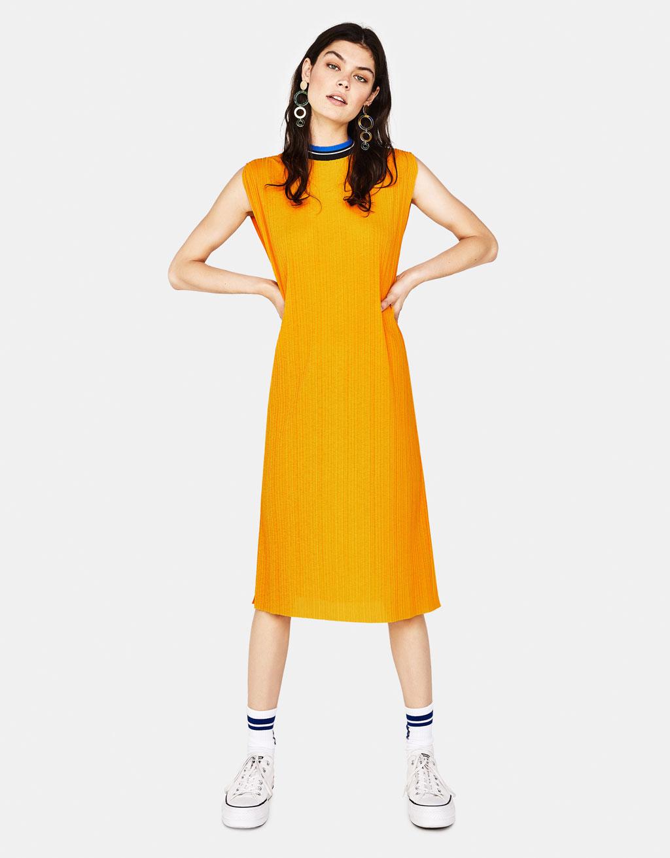 Ilga suknelė su tampria apykakle