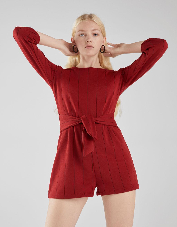Κοντή ολόσωμη φόρμα με ζώνη by Bershka