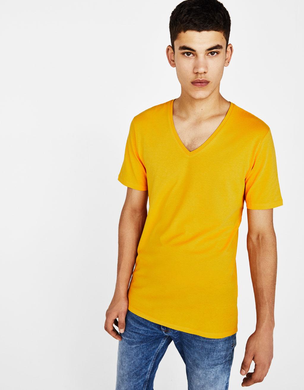 V yakalı, kısa kollu tişört