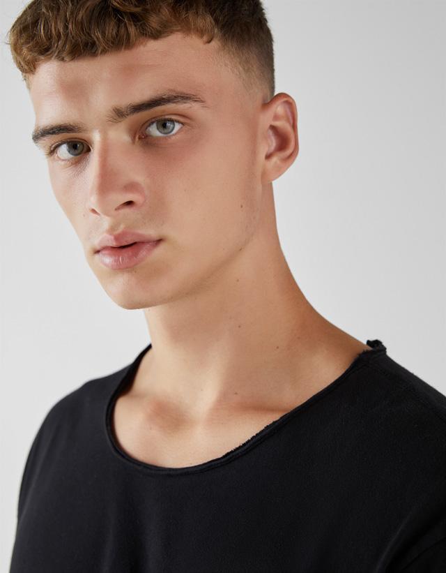 Unifarbenes Shirt mit eingerissenem Kragen
