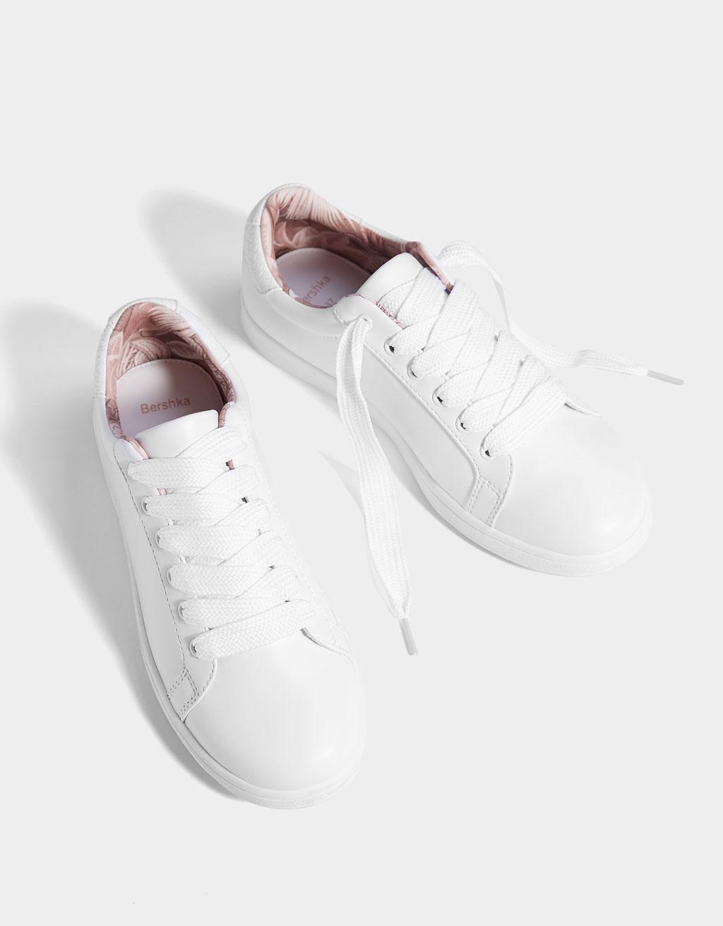 Sneaker met veters en details op hak