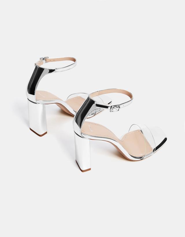 Sandale mit Metallic- und Vinylabsatz