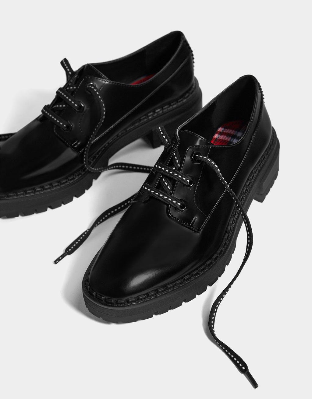 Buty w stylu derby na traperowej podeszwie