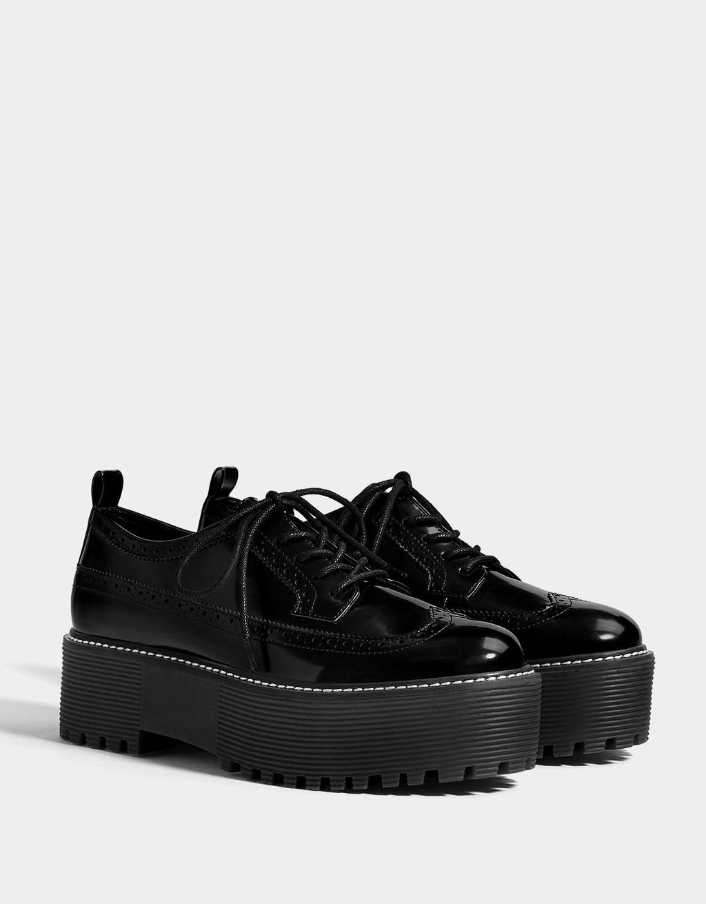 Chaussures compensées perforées