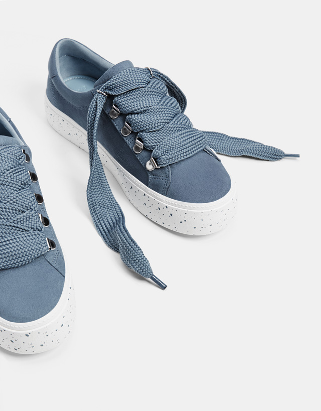 Sportschuhe mit Plateau und XL-Schnürsenkeln