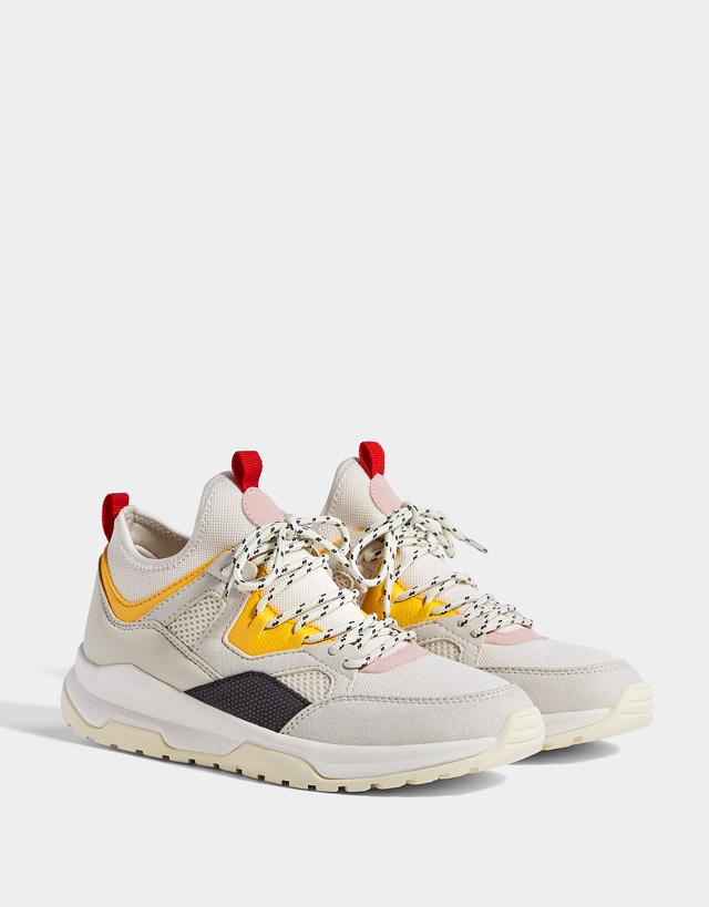 Sneaker mit buntem Besatz