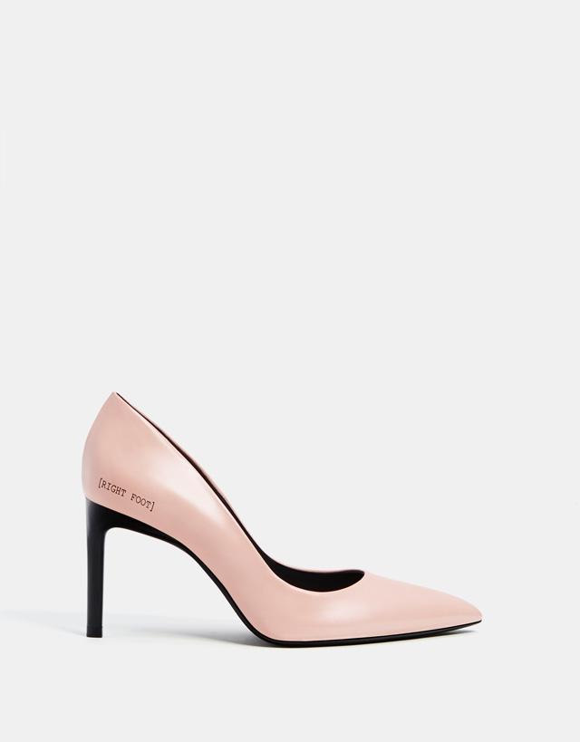 Schuh mit Stilettoabsatz und Slogan