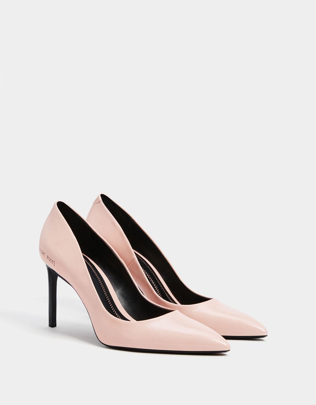 Обувки с тънък ток и надпис