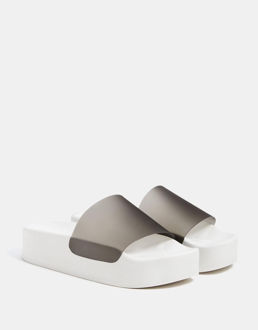 Sandale din vinilin deschise la spate cu platformă