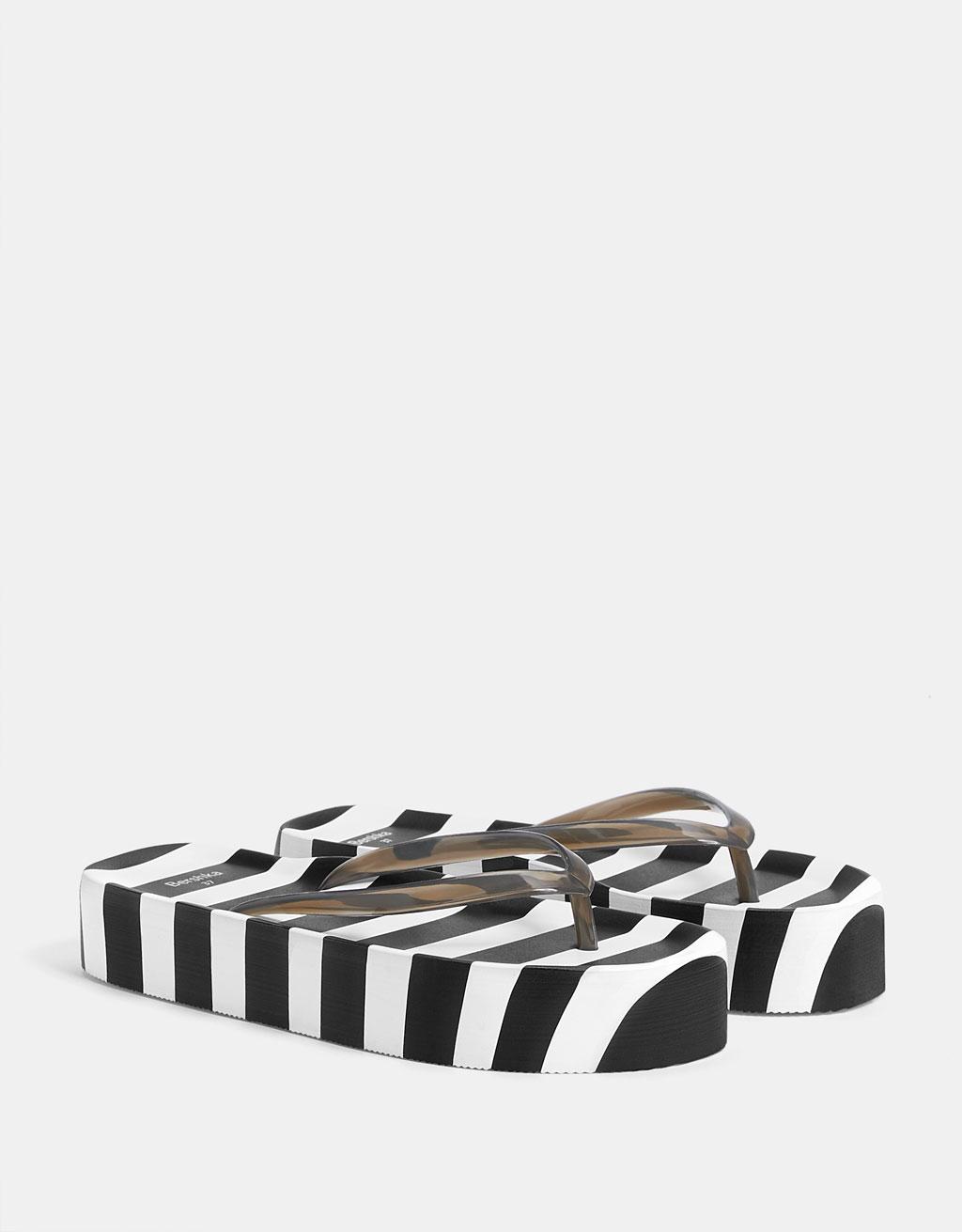 Sandaalit raidallisella korokepohjalla