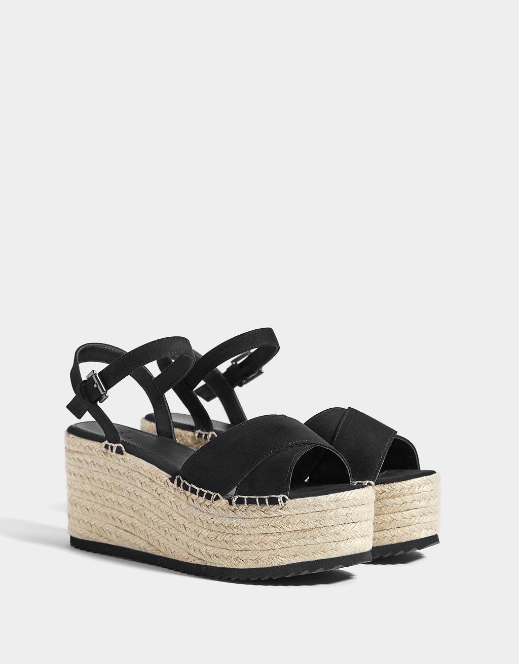 Jutové sandále na platforme čiernej farby