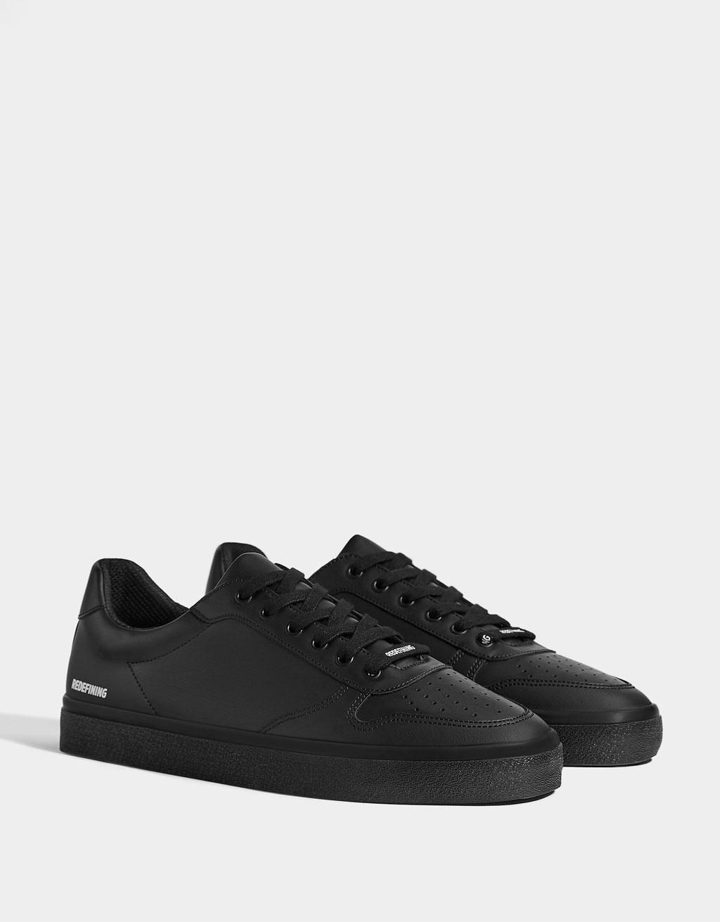 Ensfarvet sort sneaker med budskab herre