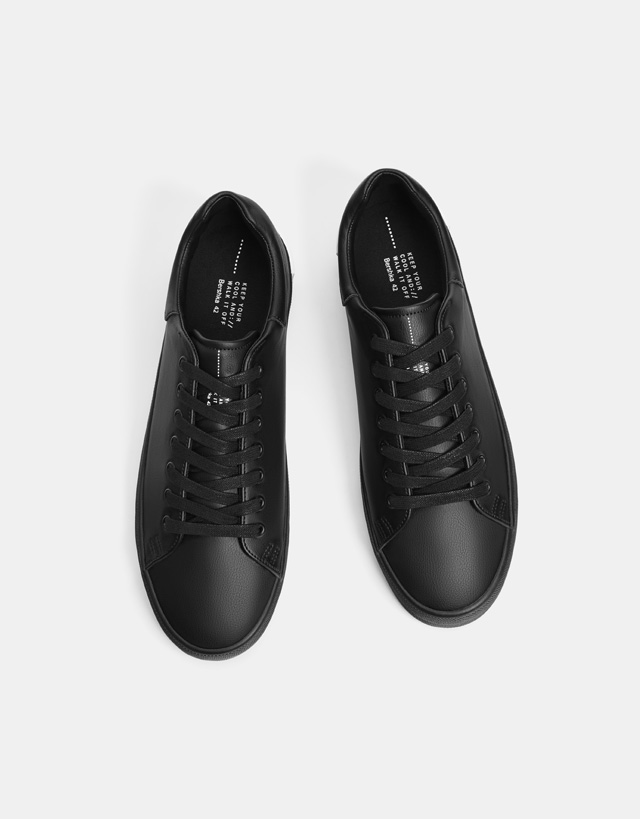 Einfarbige Herren-Sneaker in Schwarz mit Schriftzug