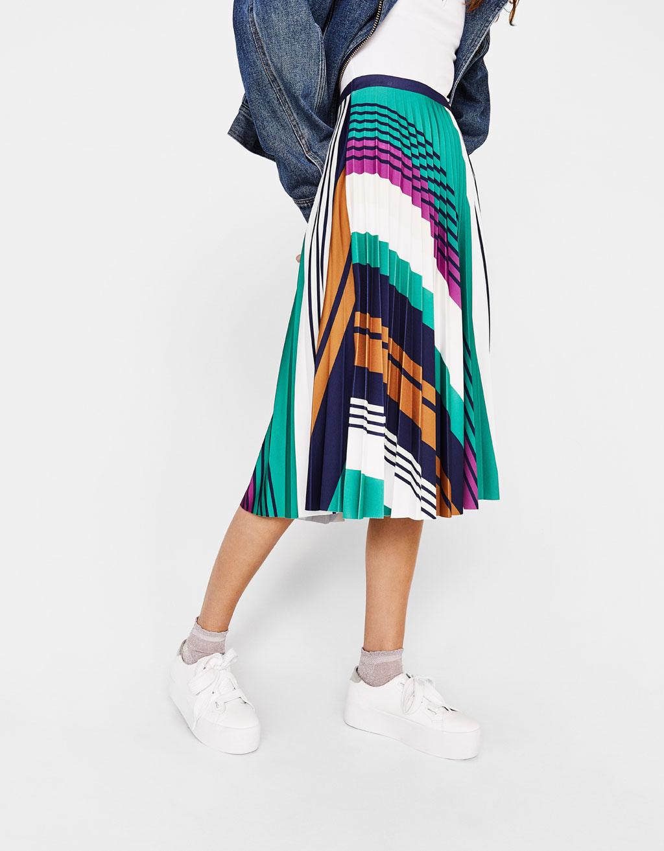 Falda midi plisada de rayas de Bershka 24,99 euros