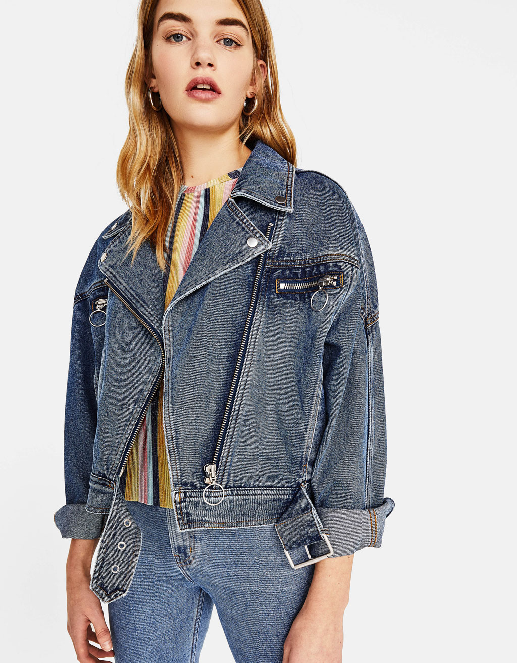 Denimjakke i bikerstil