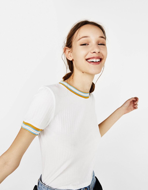 Maglietta con collo a contrasto