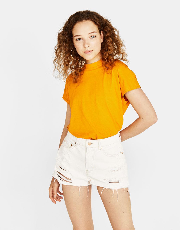 Marškinėliai stačia priglundančia apykakle
