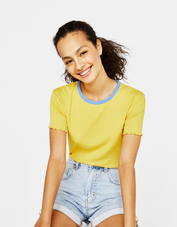 Ribbstickad t-shirt med kontrasterande hals