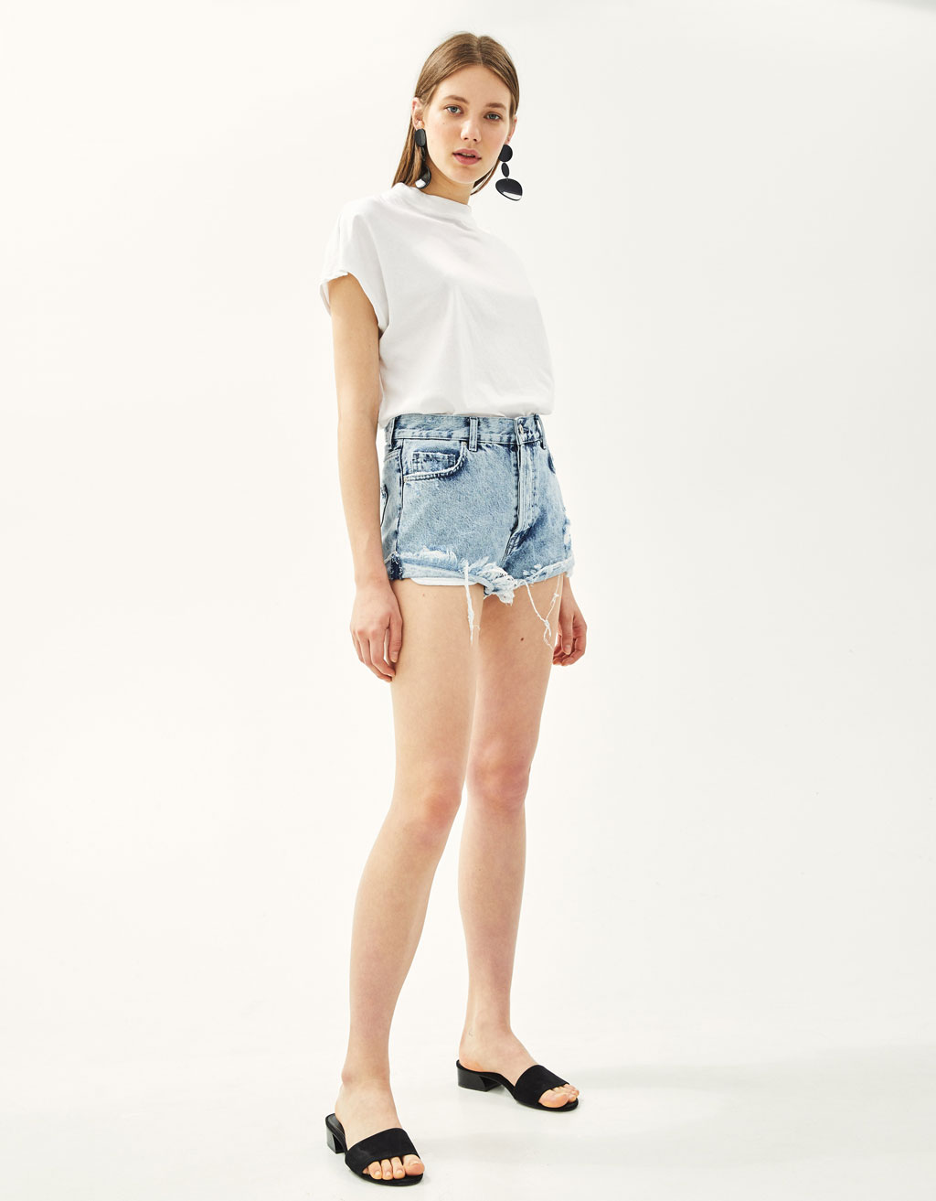 Short denim con bolsillo a vista
