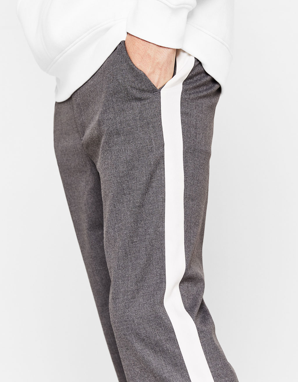 Calças com faixa lateral