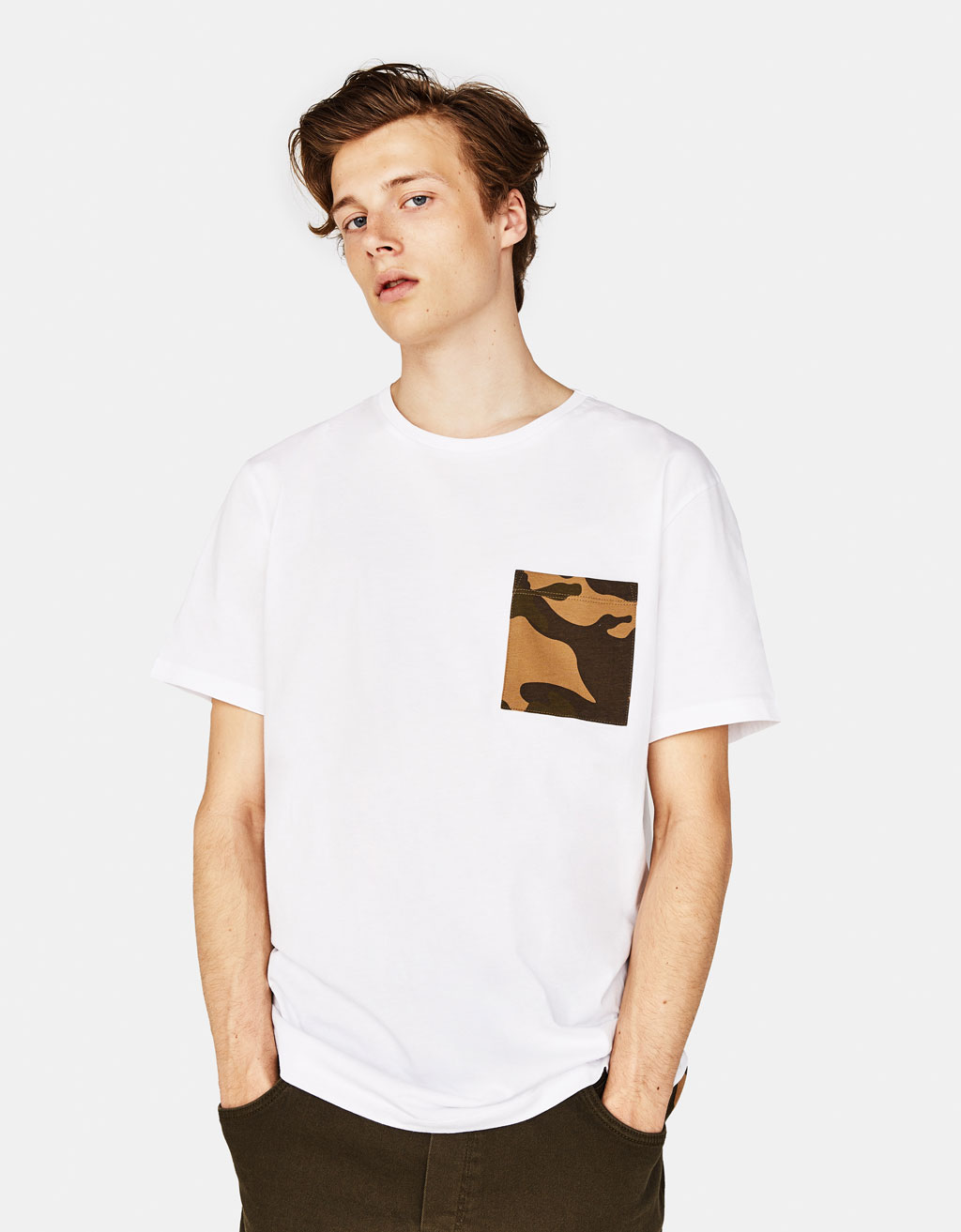 T-shirt avec inscription camouflage