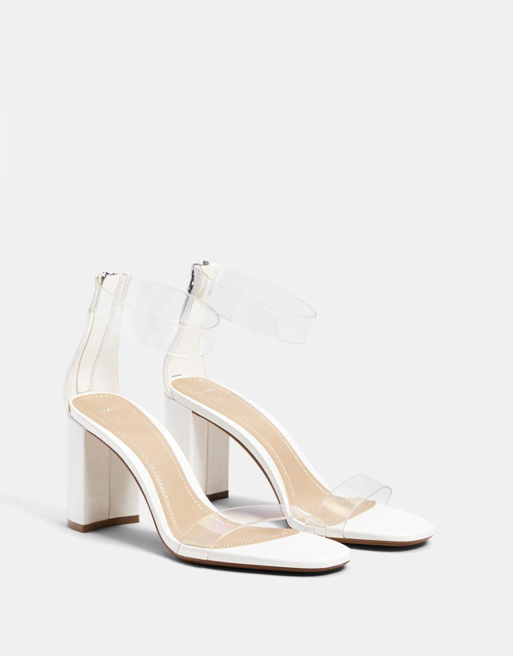 Sandale od vinila s visokom potpeticama.