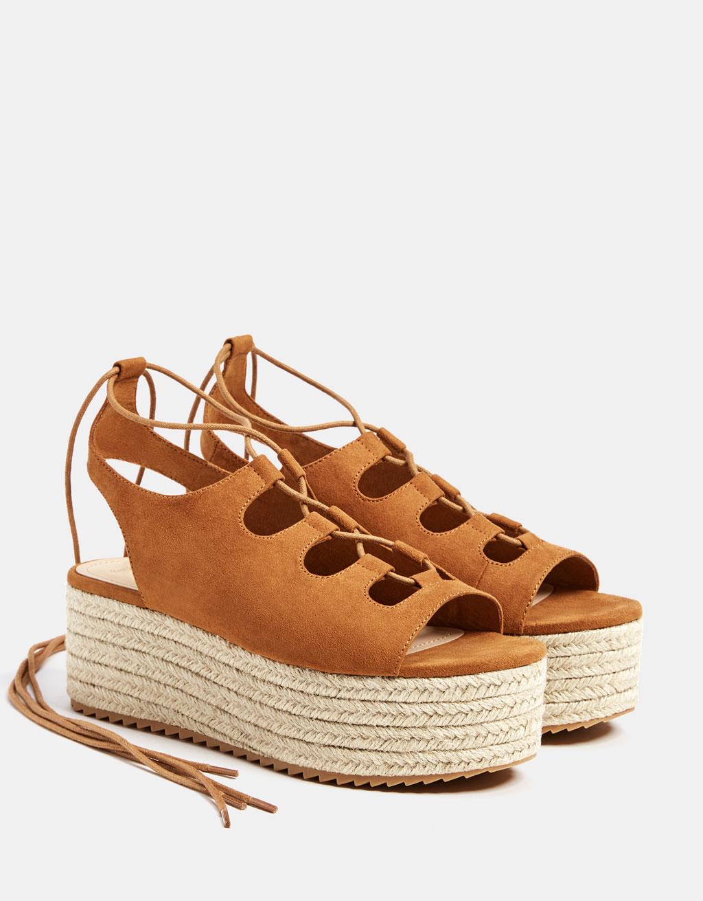 Wiązane sandały na platformie z juty