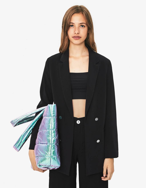 Look avec une veste en cuir noir
