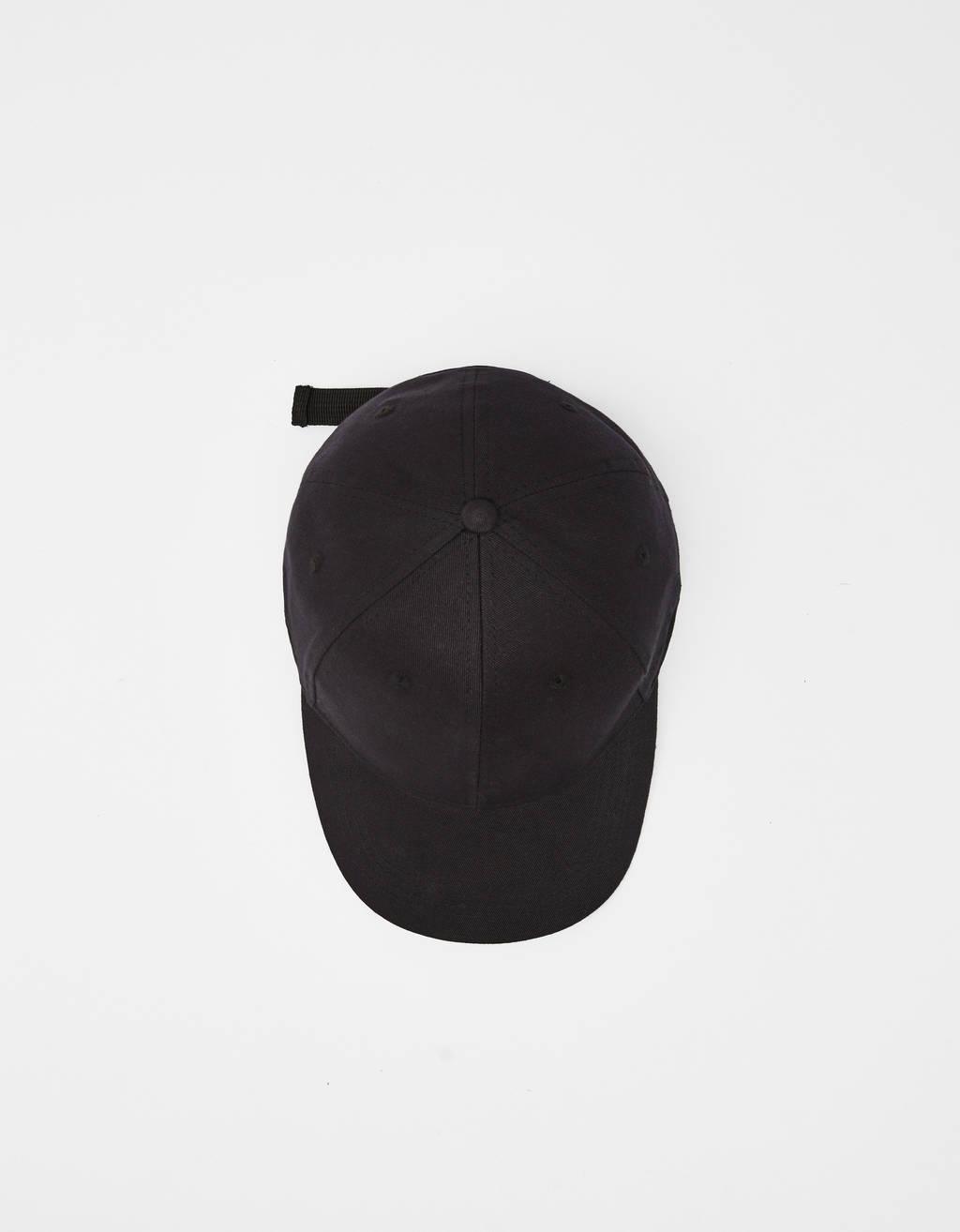 Gorra con texto bordado
