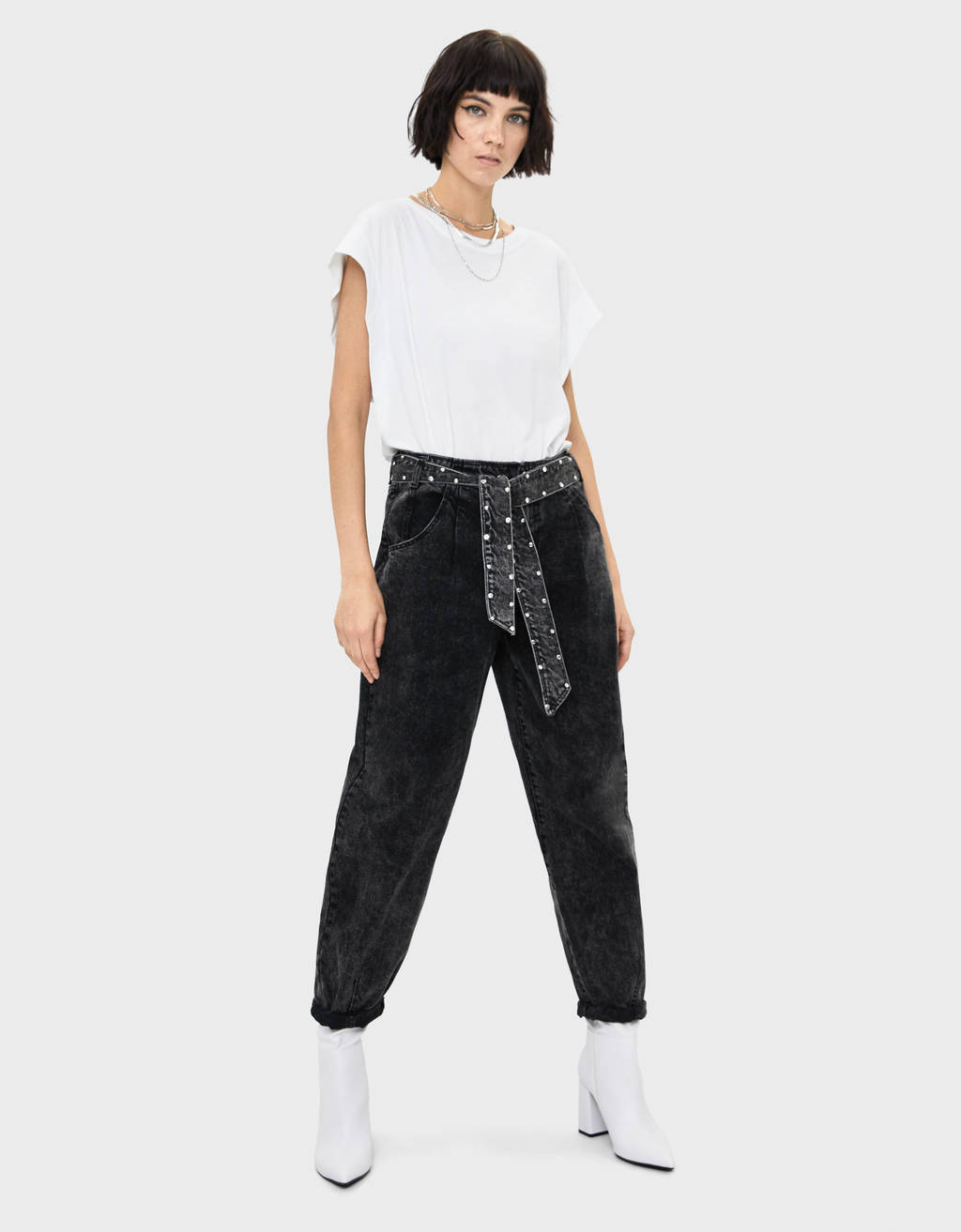Balloon fit jeans with belt and shimmer
