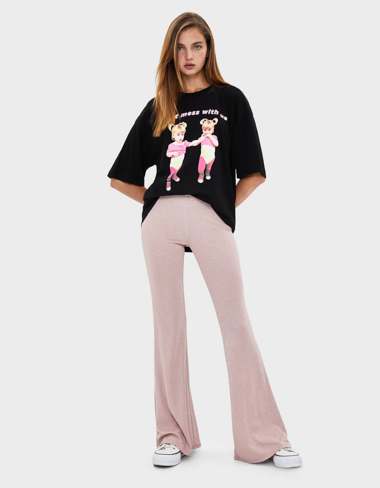 Расклешенные брюки с металлизированной нитью Розовый Bershka