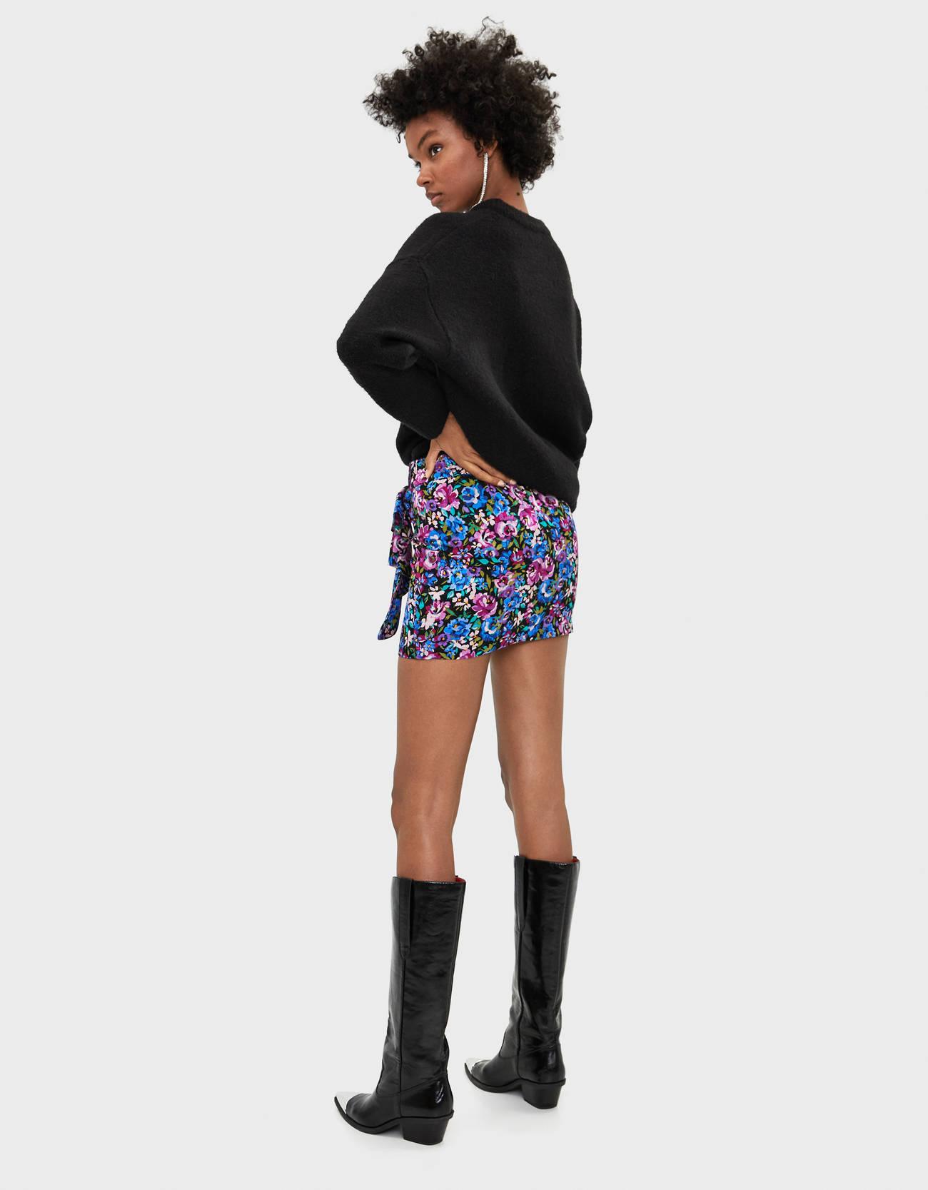Короткая юбка с цветочным принтом Фуксия Bershka