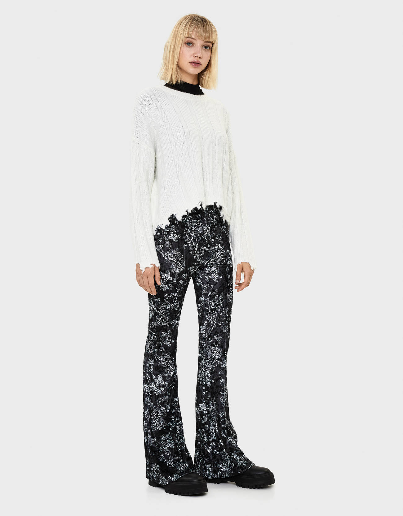 Расклешенные брюки из бархата с принтом Черный Bershka
